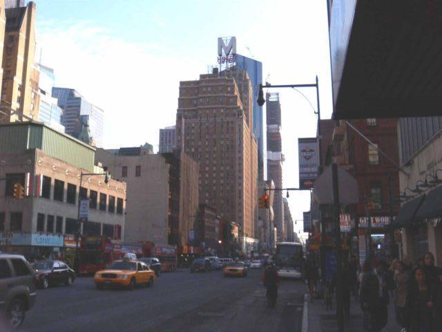 8番街、48丁目付近。ペンシルバニア駅まで歩くなら他より人通りが少ない8番街がおすすめ。