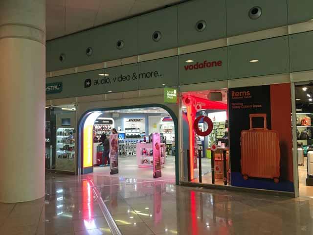 プリペイドSIMカードが買える店舗。バルセロナ空港でSIMが買える電気屋