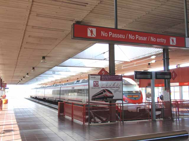 写真は、プラット国際空港到着時に撮影したRENFEという電車。