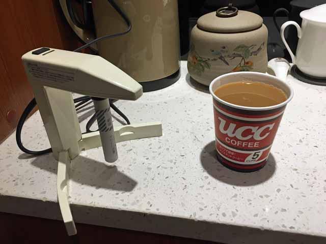 携帯用の湯沸かし器とインスタントコーヒー