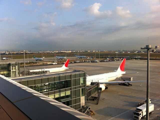 羽田空港国際線ターミナル、展望デッキ 早朝だったのでまだ飛行機は少ない。