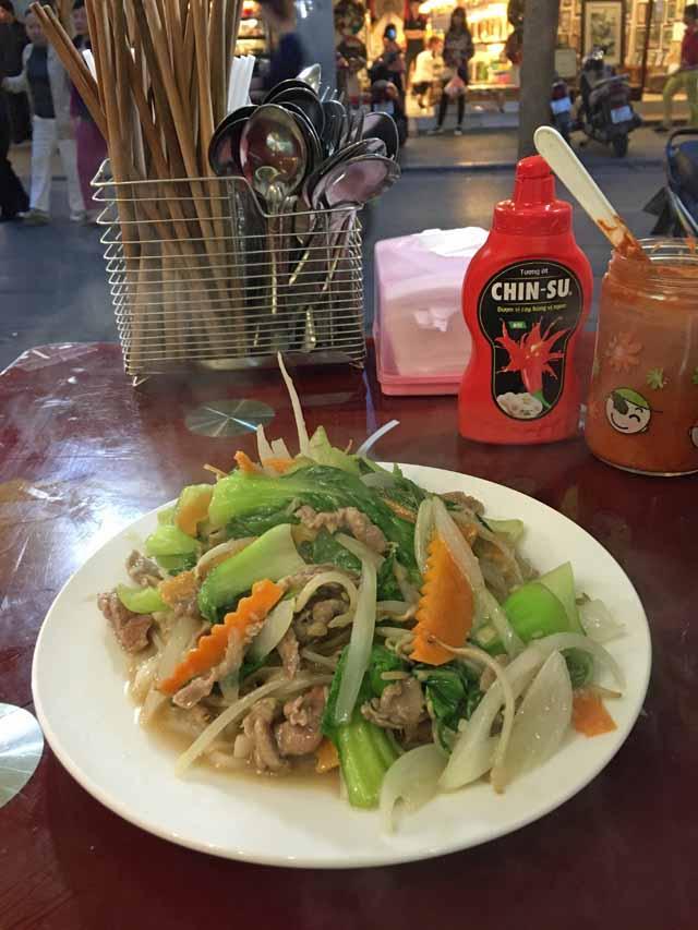帰国日に食べた牛肉と野菜を炒めた麺を食べました。