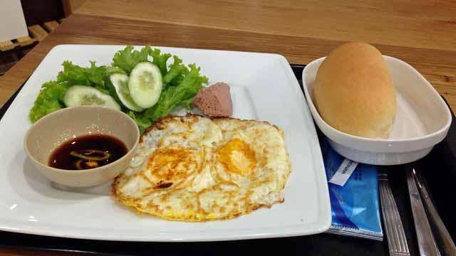 ホーチミンの空港レストランで食べた昼食写真
