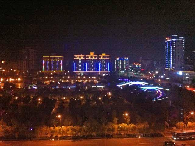 ホテルの部屋から撮影。夜は電力不足と聞いているがライトアップされている。ただ、道路などは暗いので歩きにくかった。