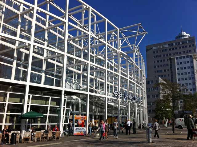 ライデン(Leiden)駅を撮影。オランダの駅はセンスがよい建物が多い印象。