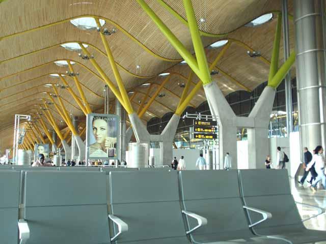 写真は、暇だったのでマドリッド空港内を撮影。