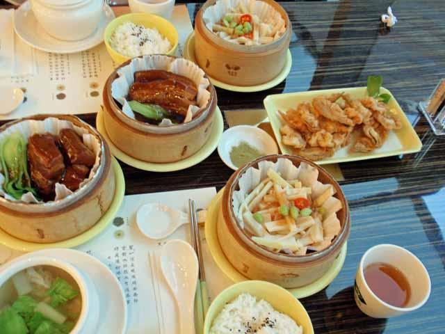 夕食。角煮、竹の子の付加したもの、スープ、茶葉のてんぷら、茶葉の餃子など。