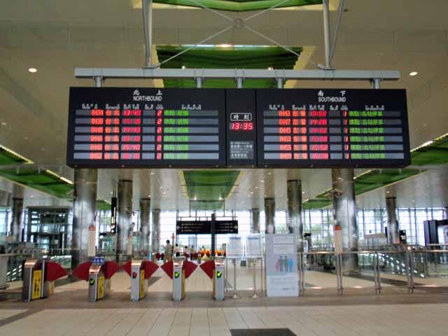 桃園駅の改札口を撮影。