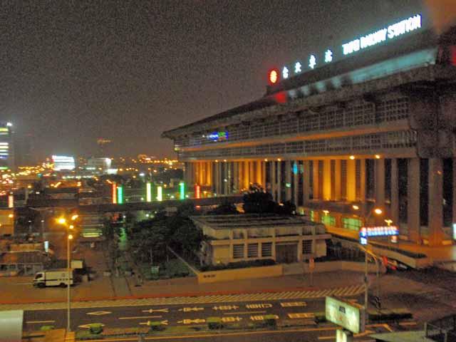 夜の台北駅。ホテルの部屋から撮影。
