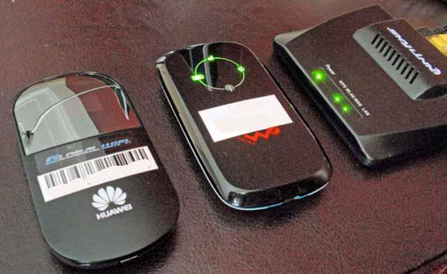 左は、グローバルWiFiの中国用WiFiルーターと真ん中はテレコムスクエアの中国用WiFiルーター